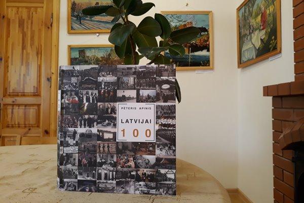 """Ludzas Novadpētniecības muzejs saņem dāvanā grāmatu """"LATVIJAI 100"""""""