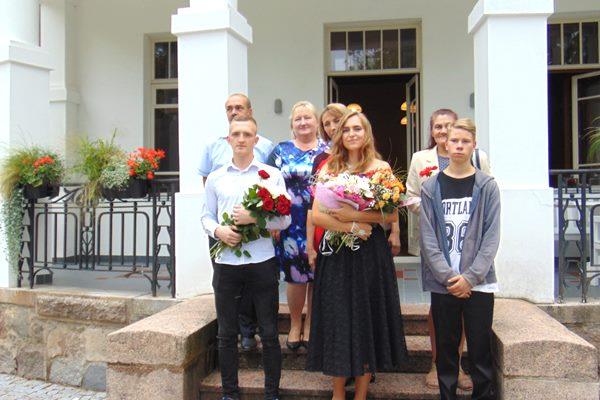 Isnaudas pagasta pilngadnieki svētkus svin Lūznavas muižā