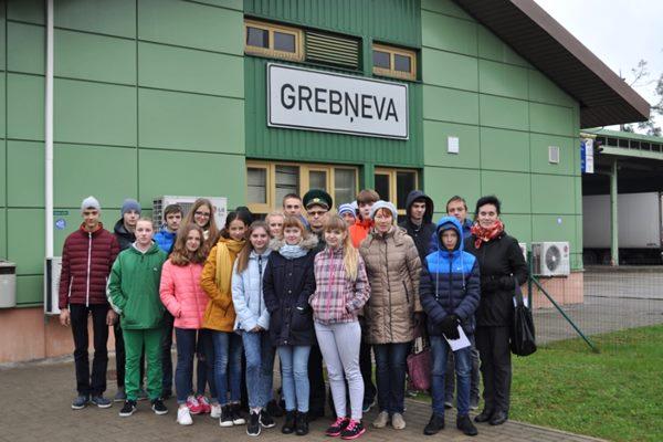 Grebņevas robežkontrolpunktu apmeklē skolēni no Preiļiem