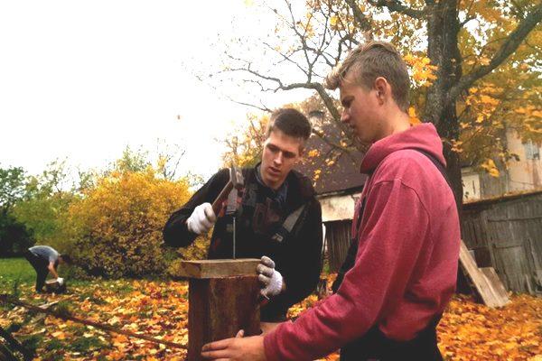 """""""Lietussargs"""" jaunieši piedāvā palīdzību saimniecības darbos"""