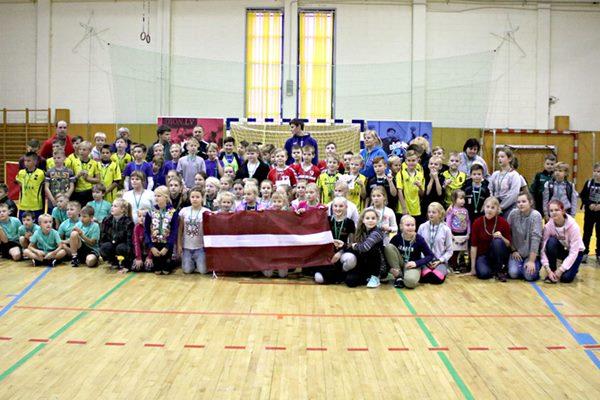 Mini handbola turnīrs Ludzā pulcē 15 komandas