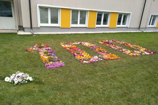 Ludzas pilsētas ģimnāzijas skolēni izveido ziedu paklāju Latvijai