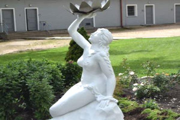 Ludzas muzeja teritoriju rotā atrestaurēta nāriņas skulptūra